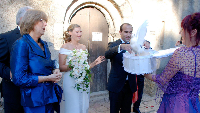 novio suelta palomas de la caja en su boda